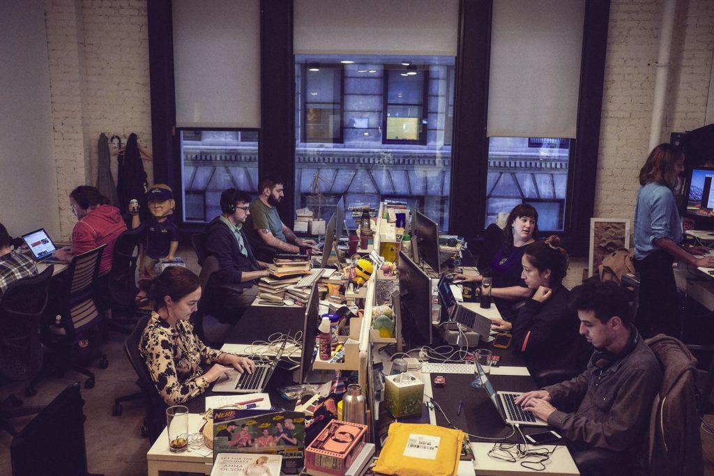 Les journalistes de la rédaction de Deadspin dans leurs bureaux de Manhattan.